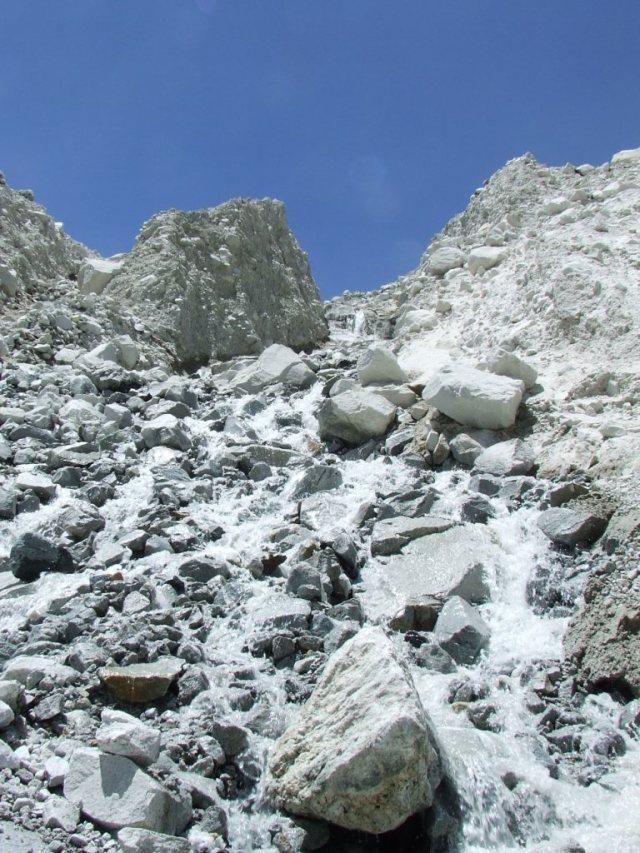 Accéder à Sandy Camp est un exercice délicat: éviter de déplacer de trop gros blocs de granit en progressant