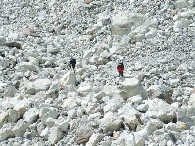 Marcher sur le glacier, c'est poser les pieds sur des blocs de granit en équilibre instable